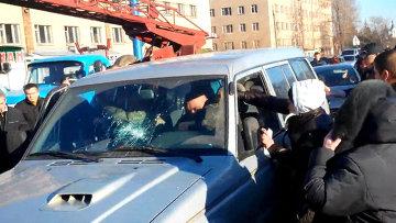 Жители Константиновки набросились на военных после гибели девочки в ДТП