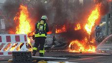 Пожарный во время беспорядков на улицах Франкфурта-на-Майне