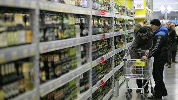 Покупатели выбирают алкогольную продукцию,архивное фото