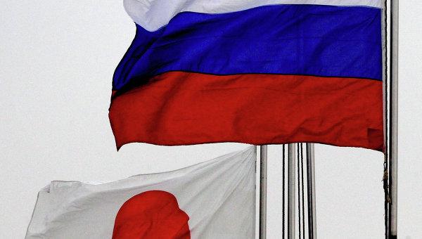 Государственные флаги России и Японии. Архивное фото