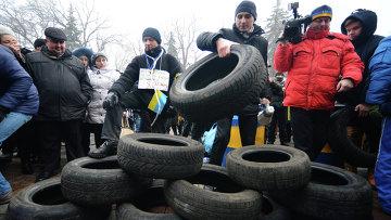 Активисты кредитного Майдана во время акции у здания Верховной Рады Украины