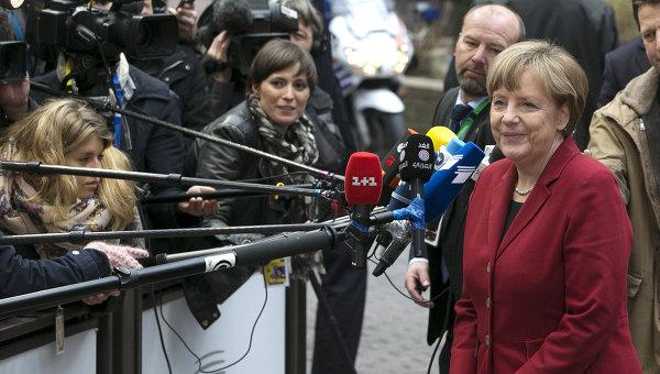 Канцлер Германии Ангела Меркель общается журналистами во время саммита ЕС в Брюсселе