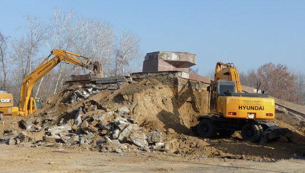 Демонтаж памятника в Ташкенте. Архивное фото