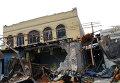 Разрушенное в результате обстрела здание в Донецке