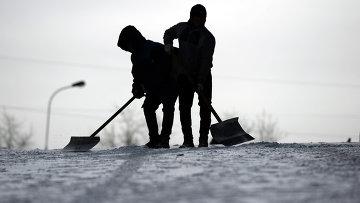 Сотрудники служб ЖКХ убирают снег. Архивное фото