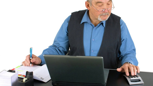 Пенсионер сидит перед компьютером. Архивное фото