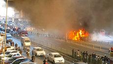 Пожарные тушили охваченный пламенем скоростной автобус в Стамбуле