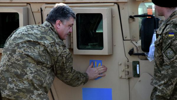 Американские военные вездеходы в аэропорту Киева, архивное фото