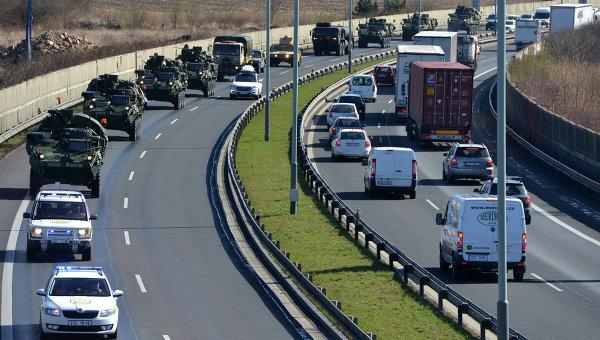 Конвой военной техники НАТО в районе Праги, Чехия. Архивное фото