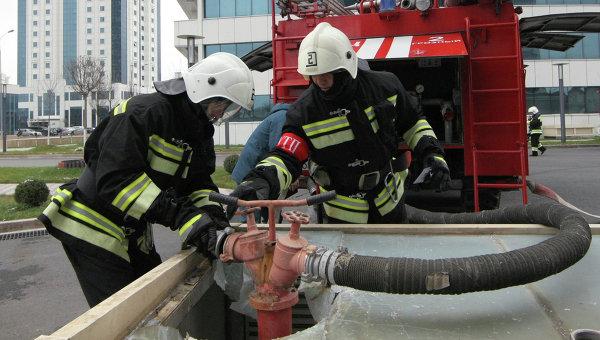 Сотрудники МЧС РФ подключают пожарный рукав. Архивное фото