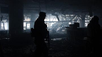 Ополченец ДНР в разрушенном здании аэропорта Донецка. 2 апреля 2015