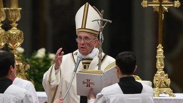 Папа Римский Франциск в ватиканском Соборе святого Петра проводит Всенощное пасхальное бдение