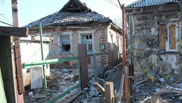 Разрушенные в результате обстрела частные жилые дома в городе Горловке на Донбассе