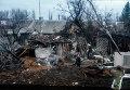 Женщина возле разрушенного дома в Углегорске, Украина