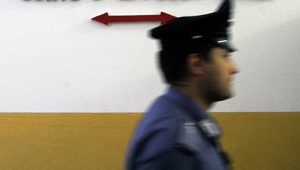 Полицейский возле здания суда в Италии. Архивное фото