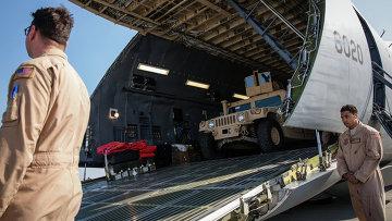Самолет Военно-воздушных сил США с первой партией американских бронированных автомобилей в международном аэропорту Борисполь. Архивное фото