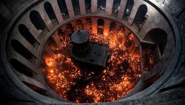 Церемония схождения Благодатного Огня в церкви Гроба Господня в Иерусалиме 11 апреля 2015