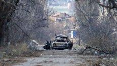 Обстреленный автомобиль с журналистами у населенного пункта Пески в пригороде Донецка