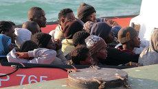 Нелегальные мигранты, спасенные после крушения судна в водах Ливии. Архивное фото