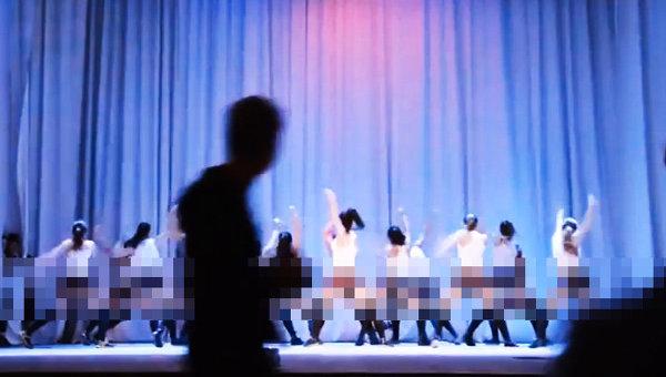 Кадр видеоролика оренбургской танцевальной школы-студии, где школьницы танцуют тверкинг