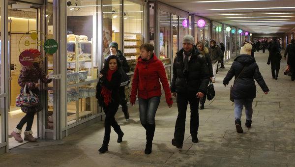 Прохожие в переходе Московского метрополитена. Архивное фото