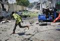 Место мощного взрыва в Могадишо, где смертники атаковали административное здание