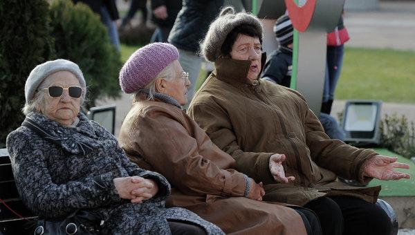 Горожане отдыхают в одном из скверов Сочи