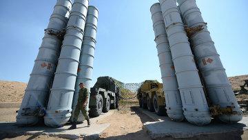 Военнослужащий возле зенитно-ракетн системы С-300ПС. Архивное фото