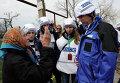 Жительница деревни Широкино разговаривает с представителем ОБСЕ Александром Хугом
