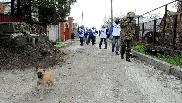 Наблюдатели миссии ОБСЕ в деревне Широкино. Архивное фото