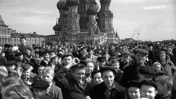 Народное гулянье на Красной площади в честь победы советского народа над фашистской Германией в Великой Отечественной войне. 9 мая 1945 года