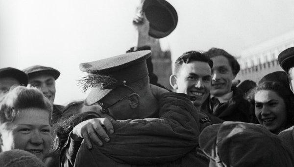 На Красной площади в день окончания Великой Отечественной войны. Москва, 9 мая 1945 года