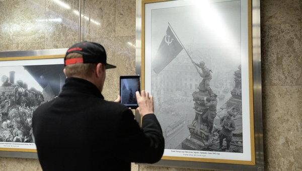 Пассажир Московского метрополитена на открытии выставки архивных фотоснимков, сделанных во время ВОВ корреспондентами Совинформбюро
