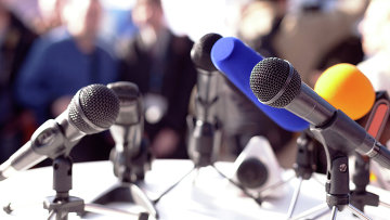 Микрофоны на пресс-конференции. Архивное фото