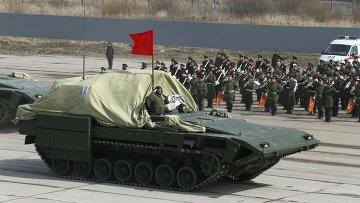 Бронированная боевая машина на тяжелой гусеничной платформе Армата во время репетиции парада Победы в Московской области