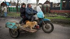 Местные жители на мотоцикле в селе Никишино Донецкой области