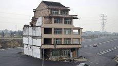 Дом, вокруг которого была построена дорога в провинции Чжэцзян, Китай