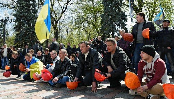 Участники акции протеста шахтеров у здания Верховной рады Украины в Киеве