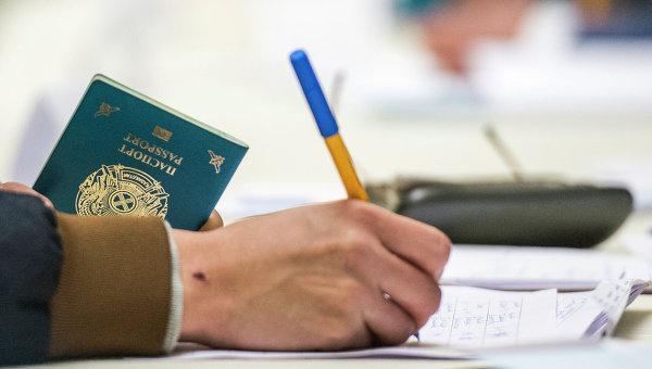 Избиратель на выборах президента Казахстана на избирательном участке при посольстве Казахстана в России в Москве