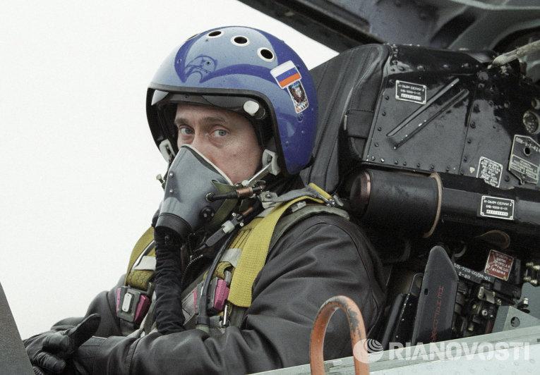 И.о. президента РФ Владимир Путин в кабине истребителя СУ-27