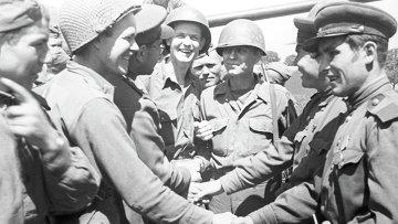 Американские солдаты поздравляют с победой советских воинов
