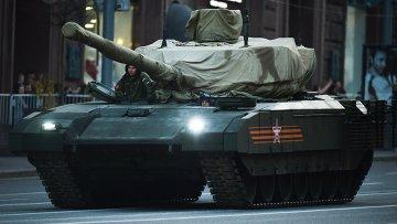 Танк Т-14 на гусеничной платформе Армата во время репетиции парада Победы на Тверской улице в Москве