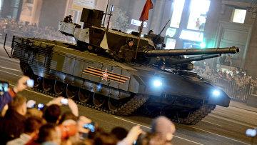 Танк Т-14 на гусеничной платформе Армата во время репетиции военного парада в Москве
