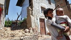 Местные жители на одной из улиц Катманду, разрушенной в результате землетрясения