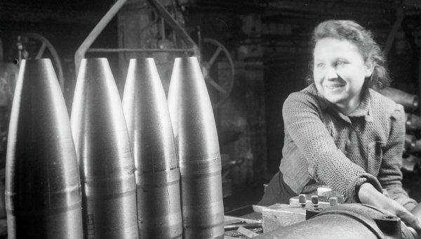 Великая Отечественная война 1941-1945 годов. Изготовление снарядов на военном заводе в Москве