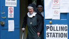 Жители на избирательном участке в Лондоне