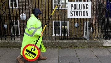 Женжина проходит мимо избирательного участка в Ислингтоне. Архивное фото