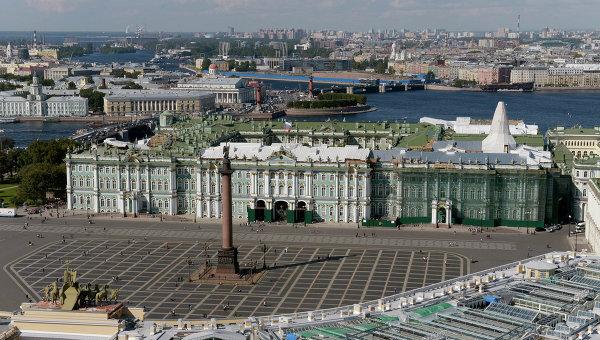 Вид на Дворцовую площадь и Государственный Эрмитаж в Санкт-Петербурге. Архивное фото