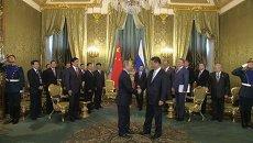 Си Цзиньпин и Владимир Путин пожали друг другу руки на встрече в Кремле