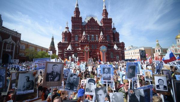 Участники шествия Бессмертный полк по Красной площади